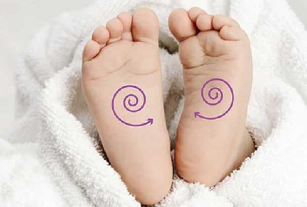 cara pijat refleksi bayi atasi masalah pencernaan